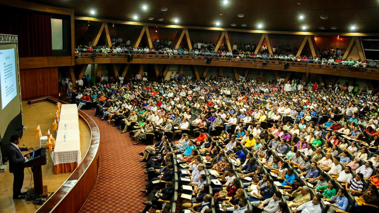 Multitud en evento I Seminario de Emprendimientos y Tecnologias.