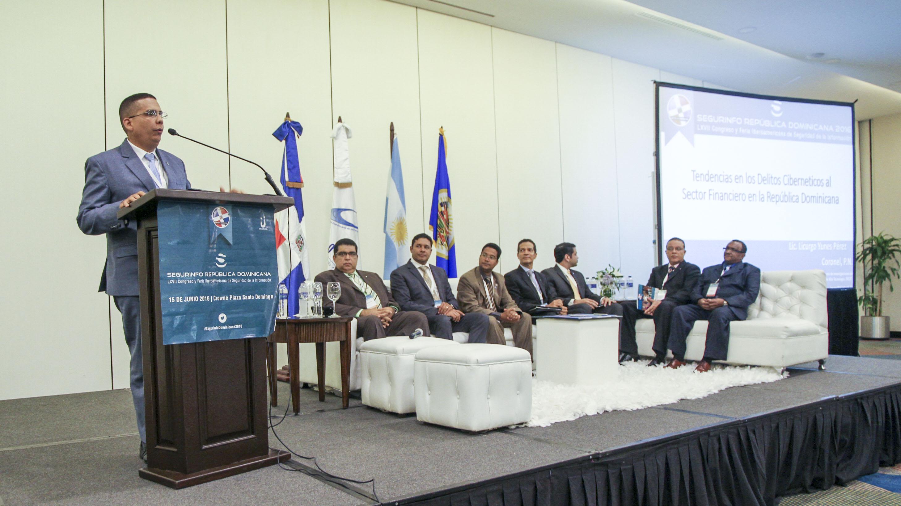 El coronel Licurgo Yunes, comandante del DICAT presentando las Tendencias del Ciberdelito al Sector Financiero RD